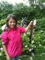 Tanskalainen Olivia tyttö oli kesällä Sumessa ja kalassa tätinsä kanssa Anja täti oli saanut jo aika ison kalan ja Olivia ainoastaan pieniä särkiä ja ahvenia Hänenkin toive oli myös saada kunnon kala niinpä hän ojensi kätensä Taivasta kohti pysi Taivaan Isältä kunnon kalaa ja tässä tulos!