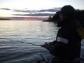 Jigikalastusta merellä auringonlaskun aikaan.