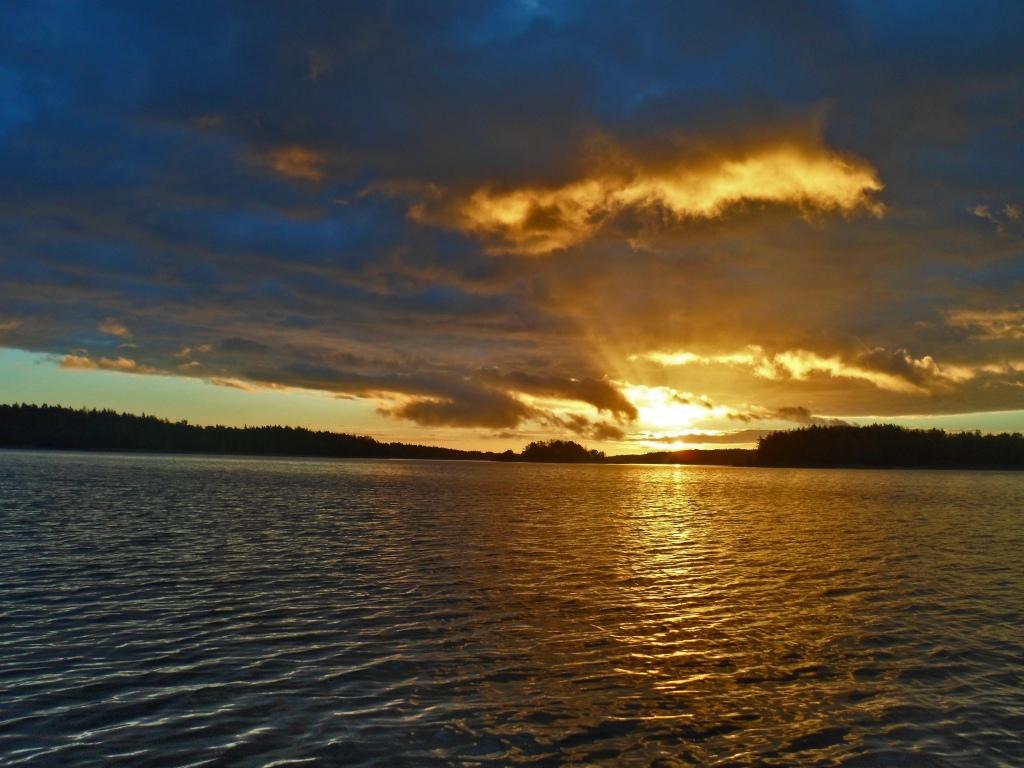 Auringon nousu taivassalossa