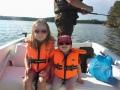 Veneilyä perheen kanssa. Tälläinen veneily on kivaa isukistakin. Lapset istuu kiltisti penkillä ja isä heittelee haukea.