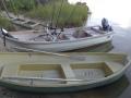 Kajaanin perhokerhon inarinmökin veneet. Sotu uisteluvene ja moottoriuisteluvene.