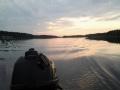 Auringonlasku ja tyyni järvi
