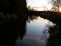 Iltakalastelua joella, hienolla säällä.