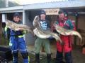 Keskellä Erälehden 20+ Kultakalakerhon kullatun Ambassadeur -kelan voittaja. Elokuun 2010 Arnøyan reissun viimeisen kalastuspäivän ja koko reissun suurimmat turskat 15 kg, 25,5 kg ja 14 kg.