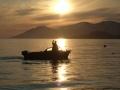Arska lähdössä kalaan Jäämeren tyyneen kesäkuun yöttömäänyöhön mieliala korkealla. Kaima huolehtii valaistuksesta.